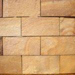 Песчаник при отделке каминов, внутренних и наружных стен, тротуаров.