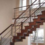 Обшиваем металлическую лестницу.